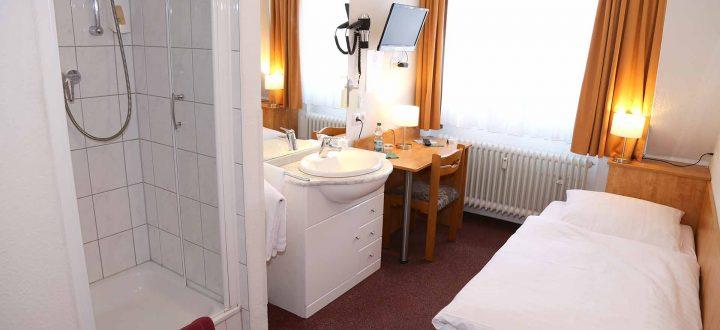 Economy Einzelzimmer mit Dusche und Schreibtisch